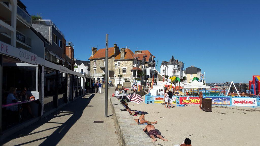 Le front de mer, zone touristique par excellence.